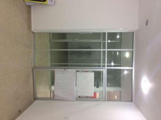 Vista interior de la oficina-local. puerta vidrio piso-techo. excelente iluminación y ubicación