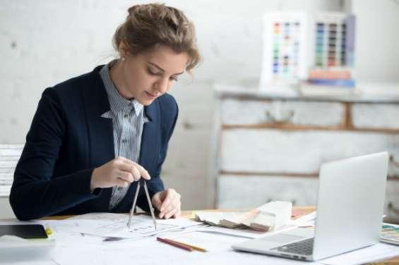 Mujeres interesadas en aprender delineante de arquitectura o carreras similares